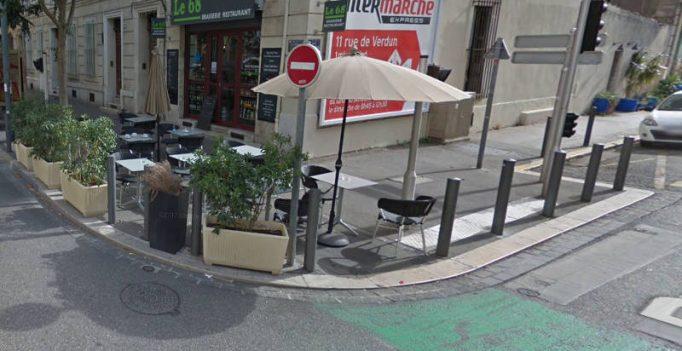 La terrasse du bar le 68 installée sur la piste cyclable à Marseille