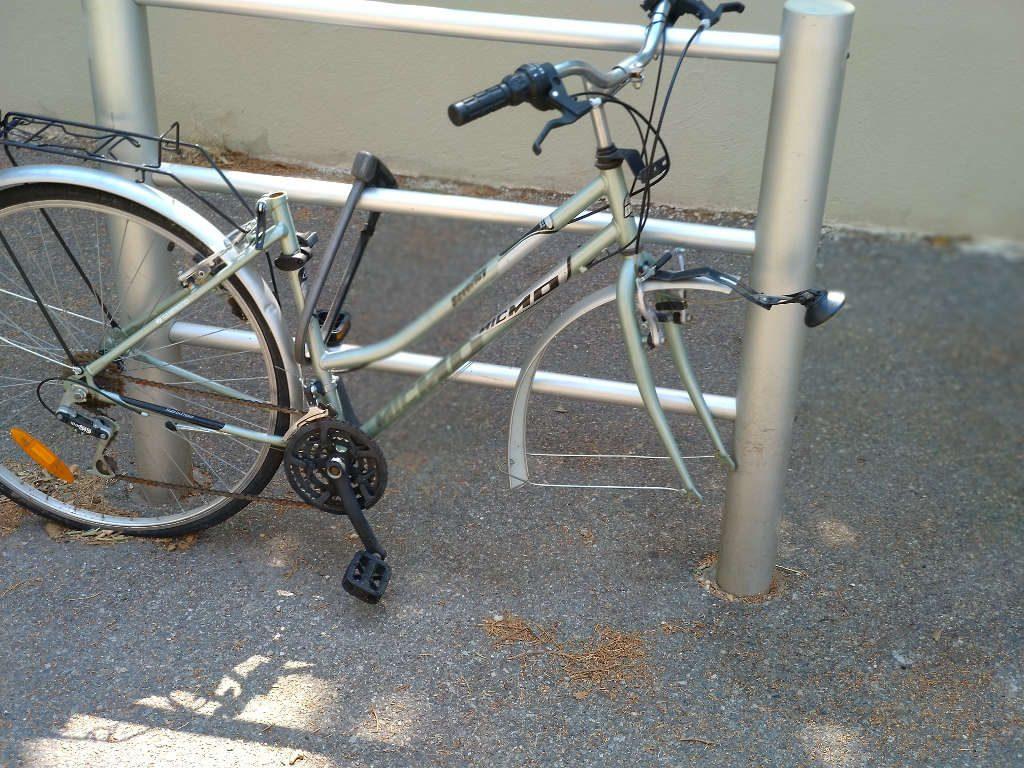 Sans doute un bon antivol vélo mais mal attaché : seul le cadre est protégé, la roue avant a été volée, il reste la roue arrière...